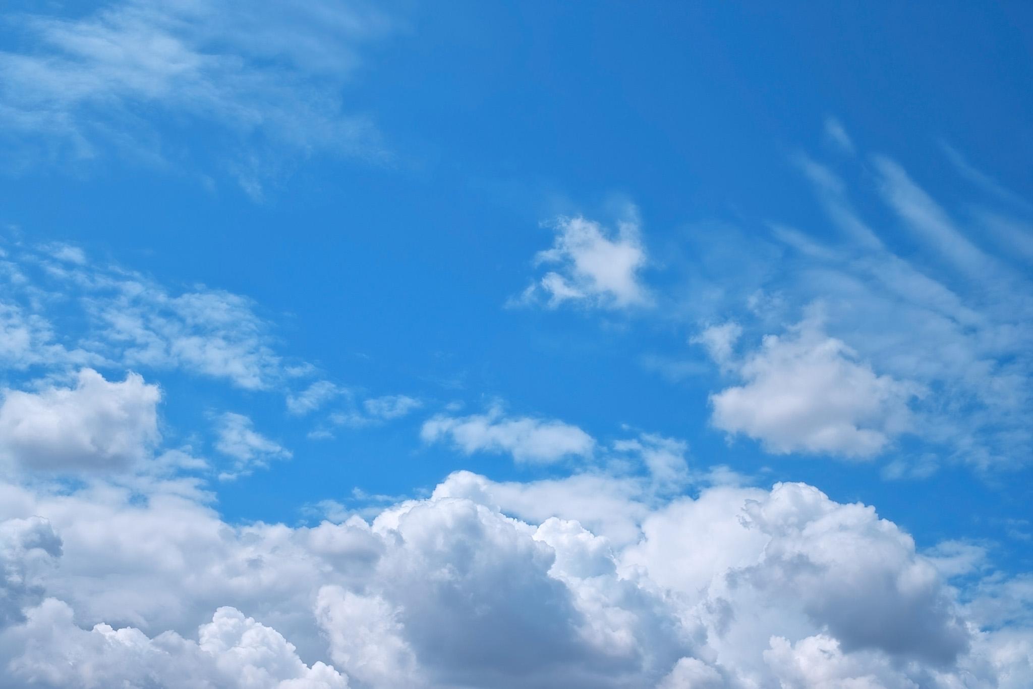 「青空に輝く様々な雲」