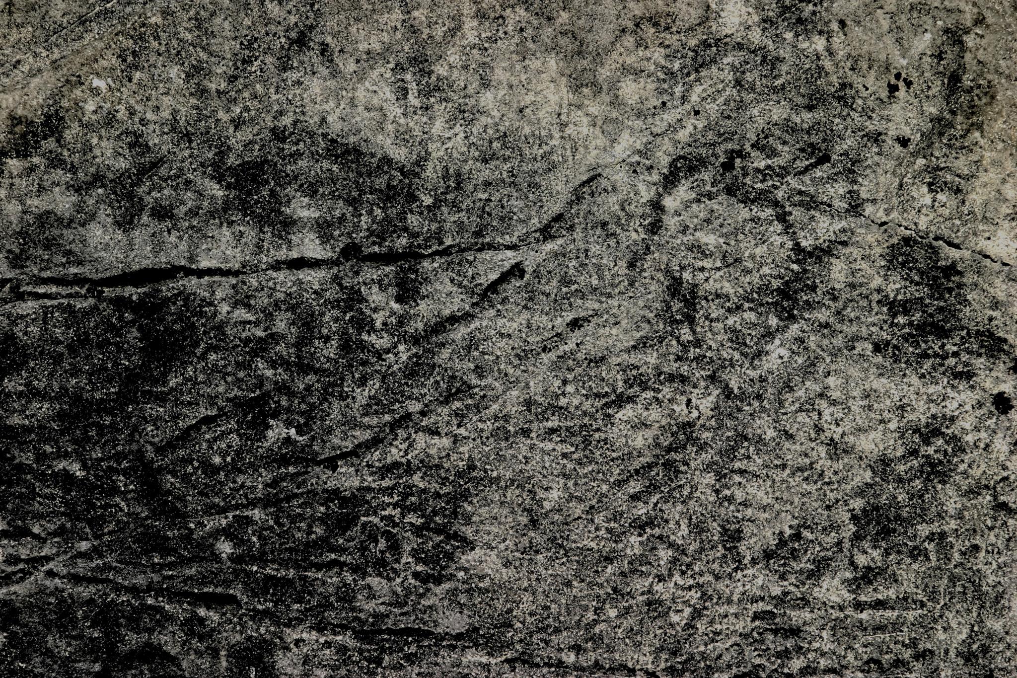 「直線の傷がある石」