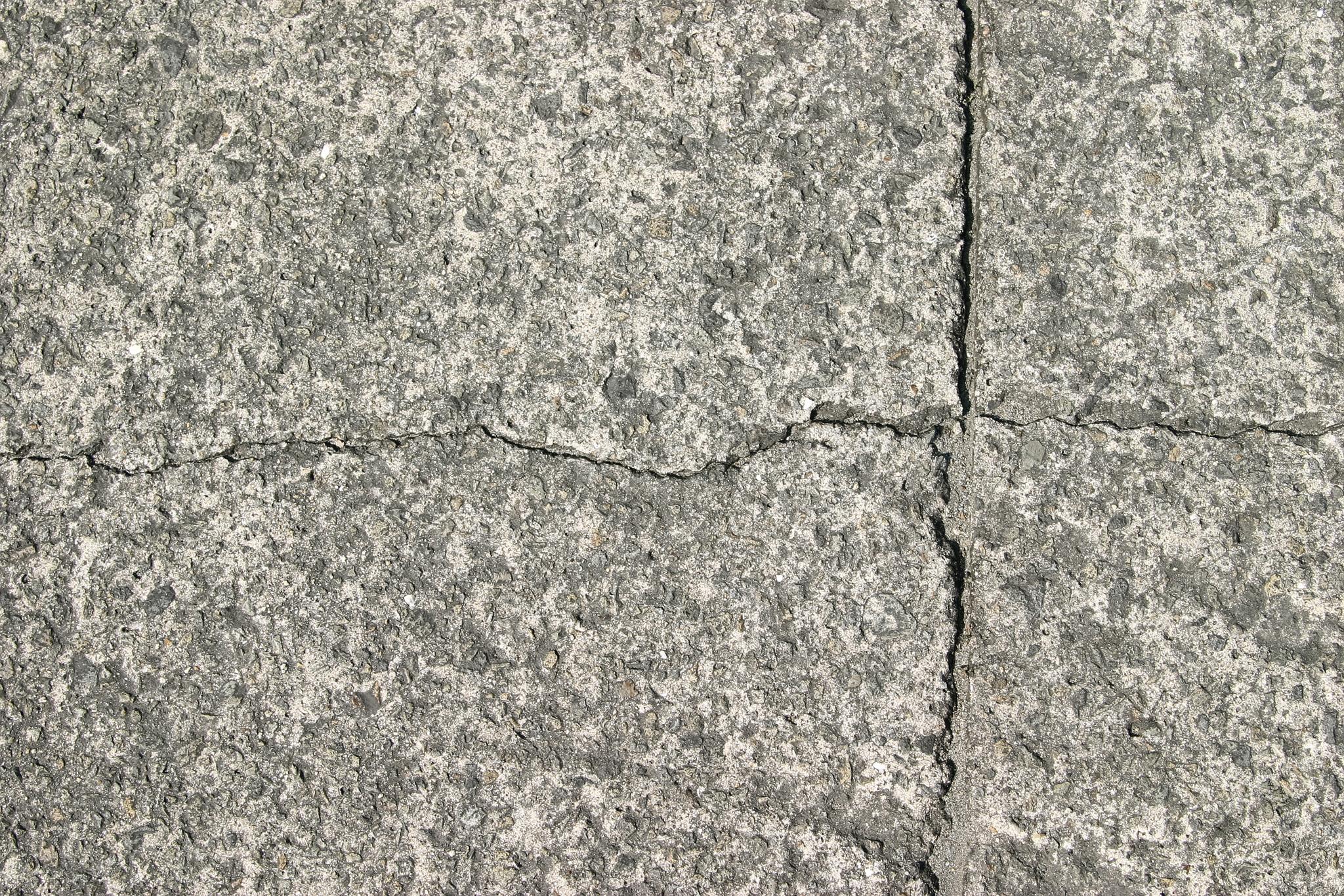 「十字にひび割れた石の表面」