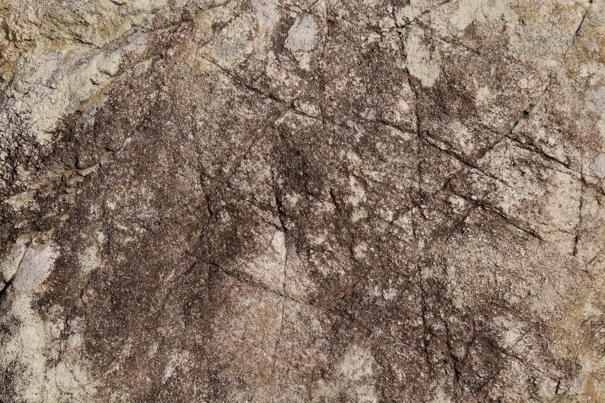 「人工的な傷のある岩肌」の素材を無料ダウンロード