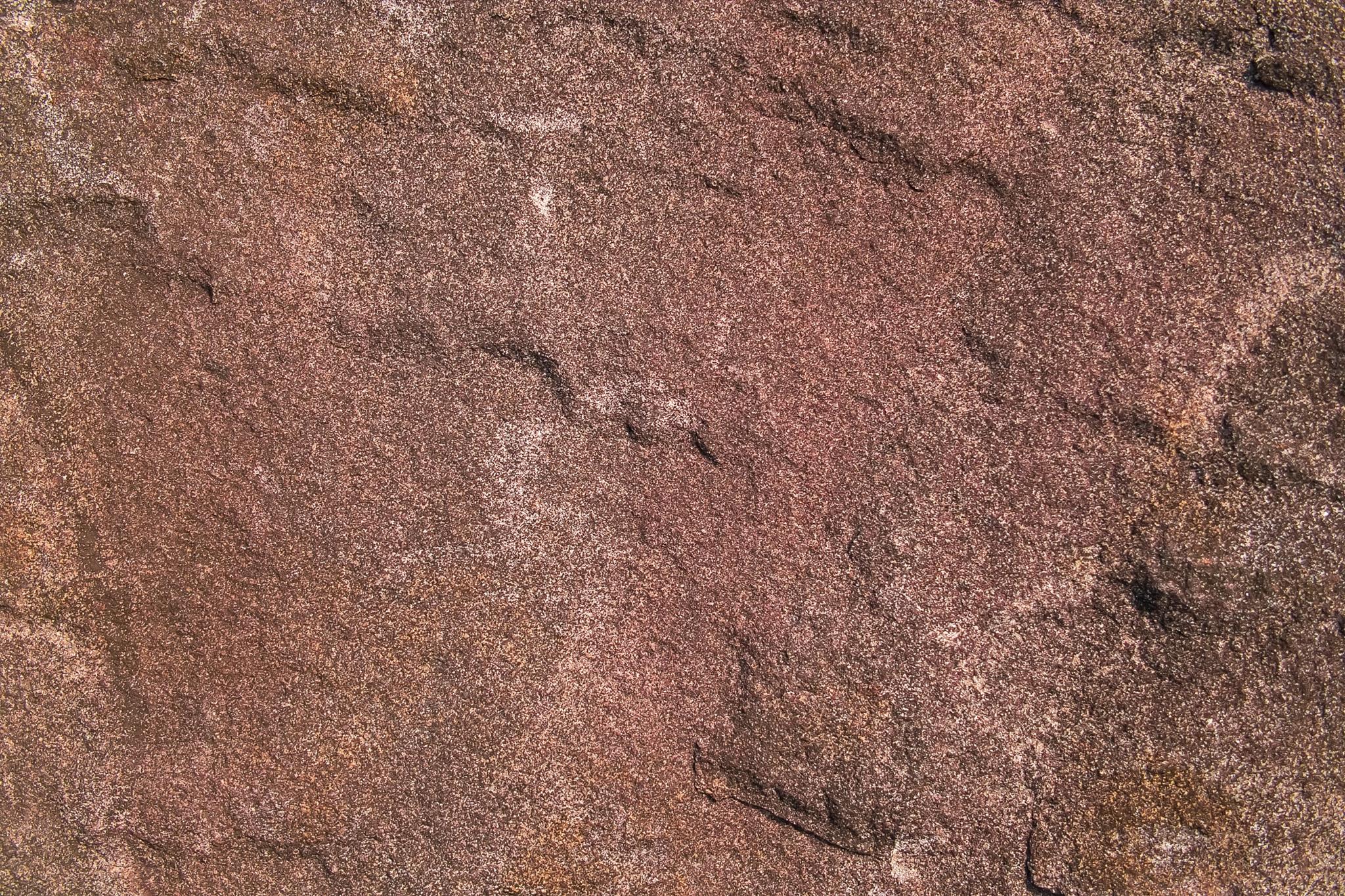 「赤茶色の滑らかな岩肌」