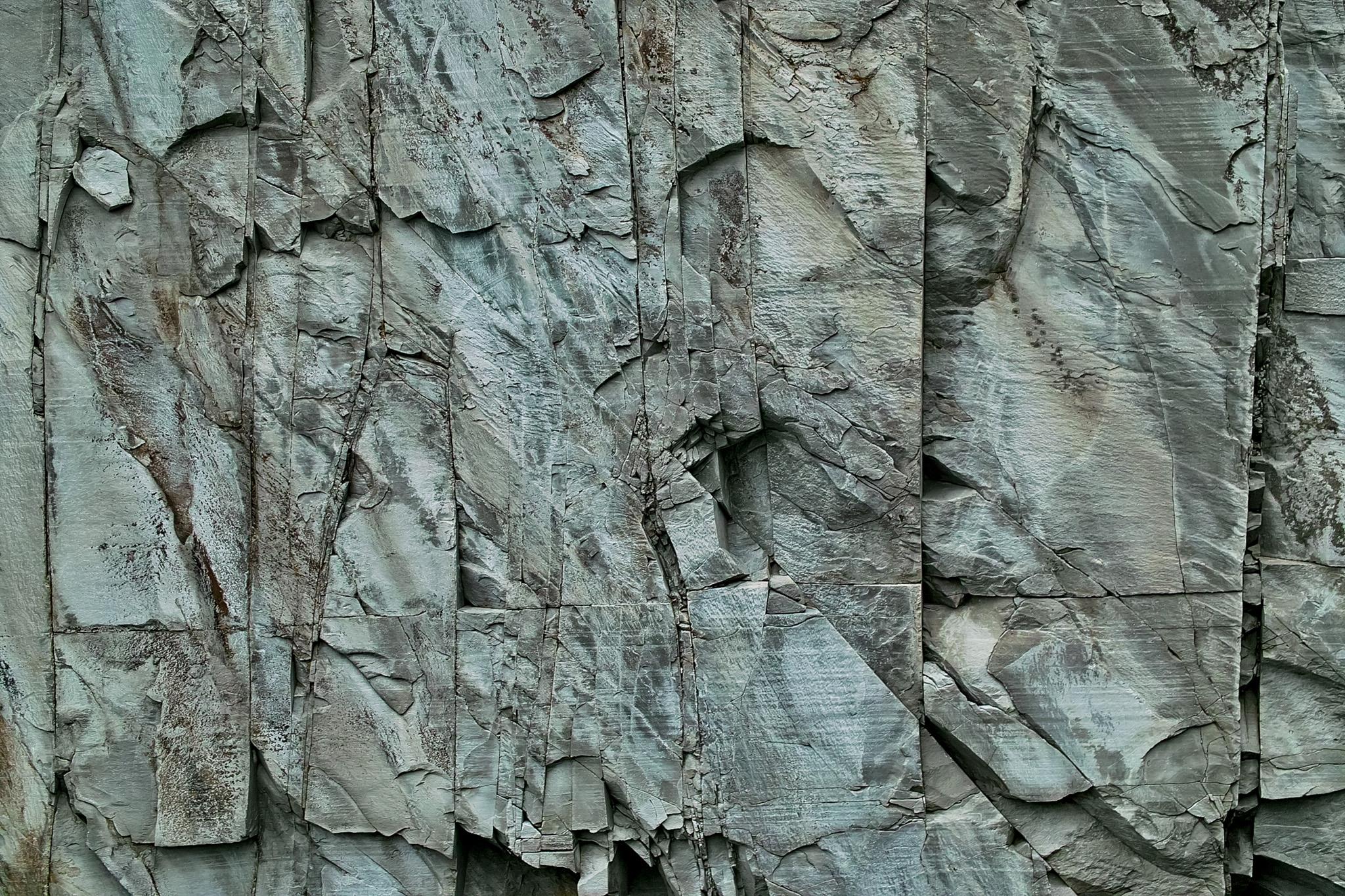 「切り立った岩肌」