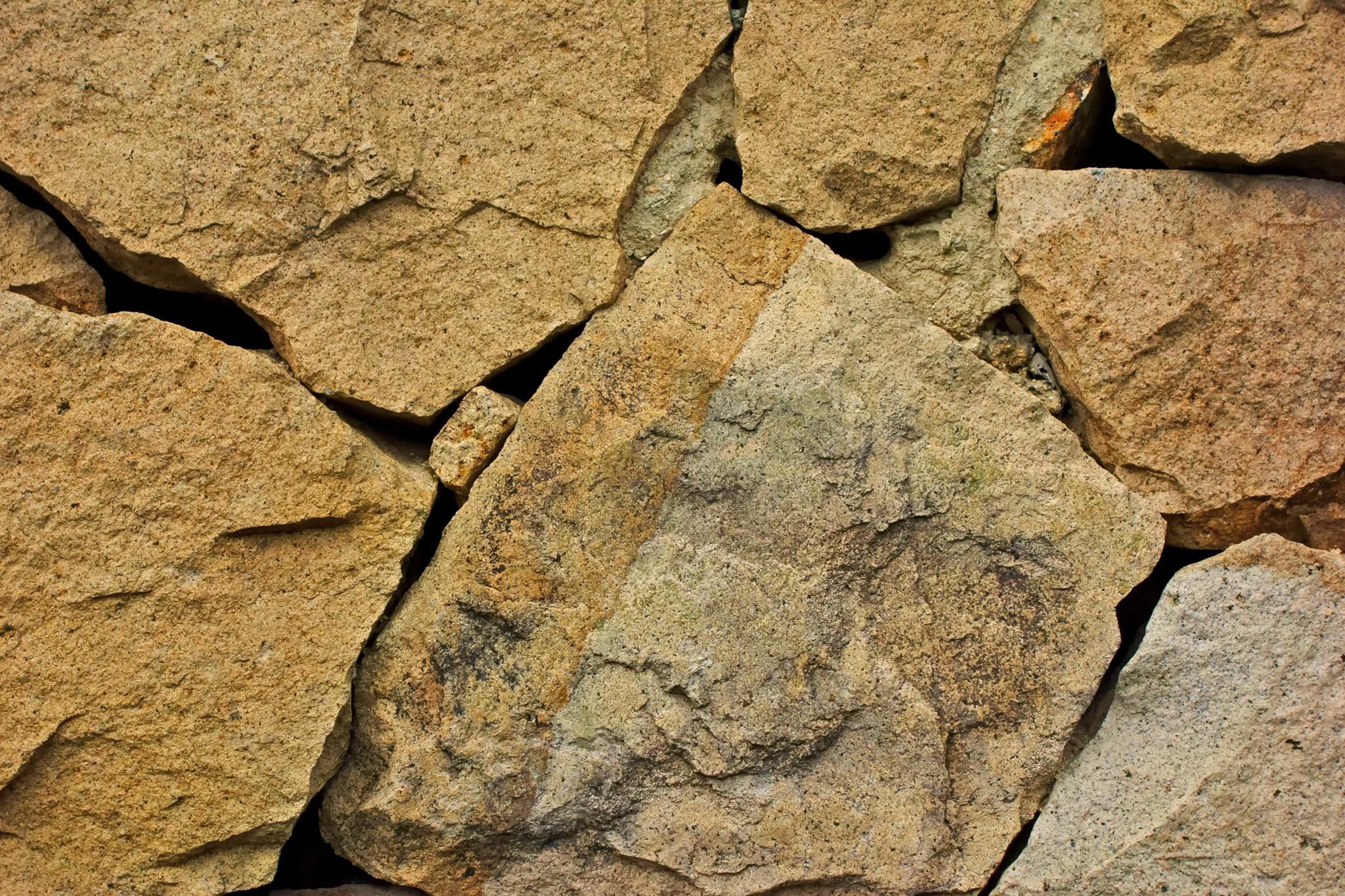 大きな岩の石壁