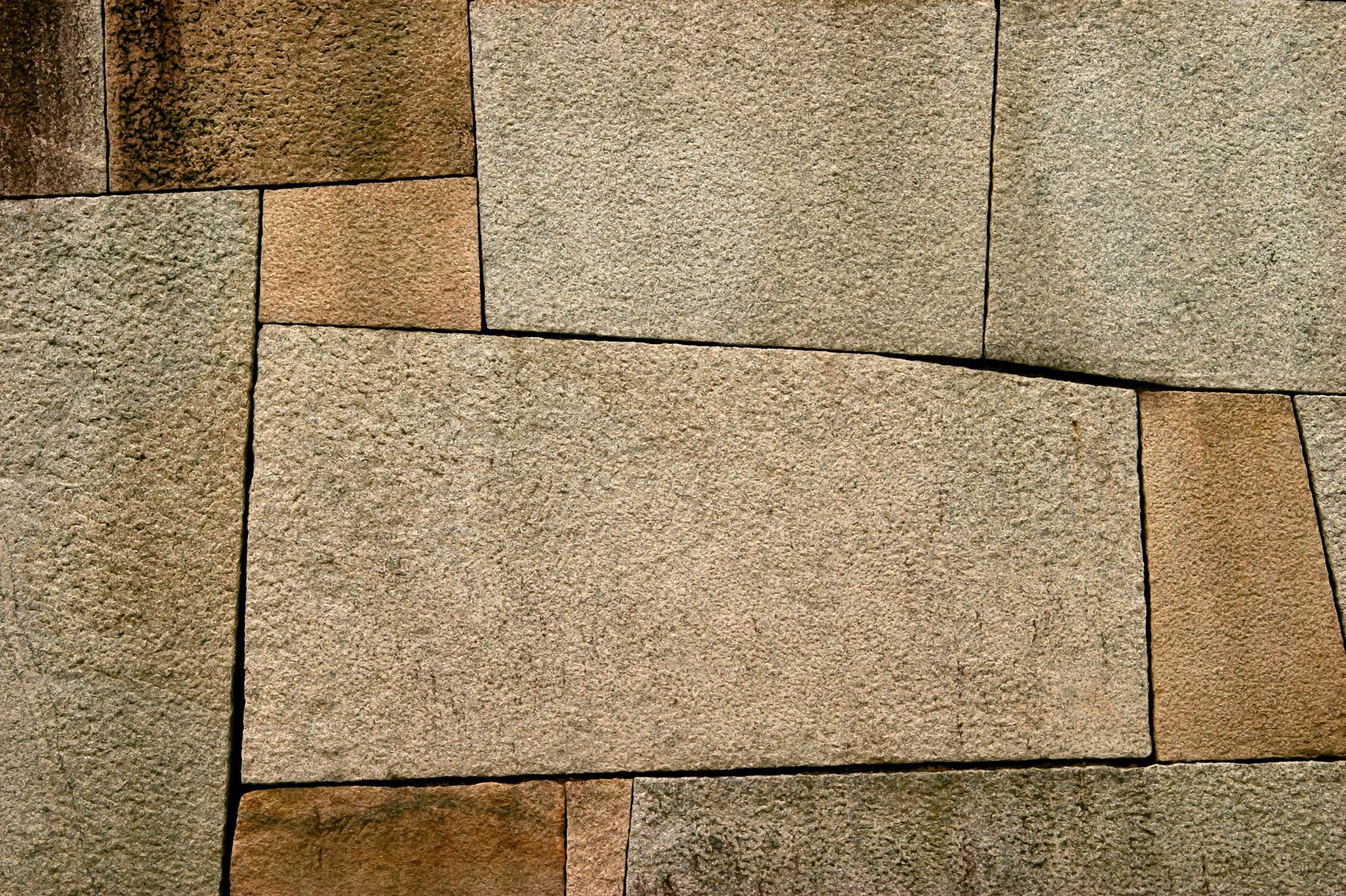 綺麗に加工された石壁