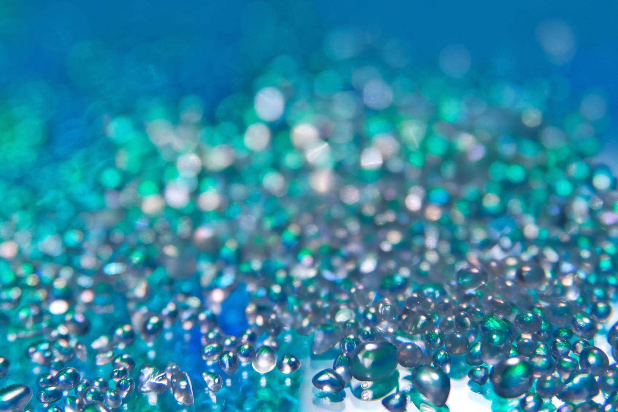 海底に煌めく宝石のようなイメージ