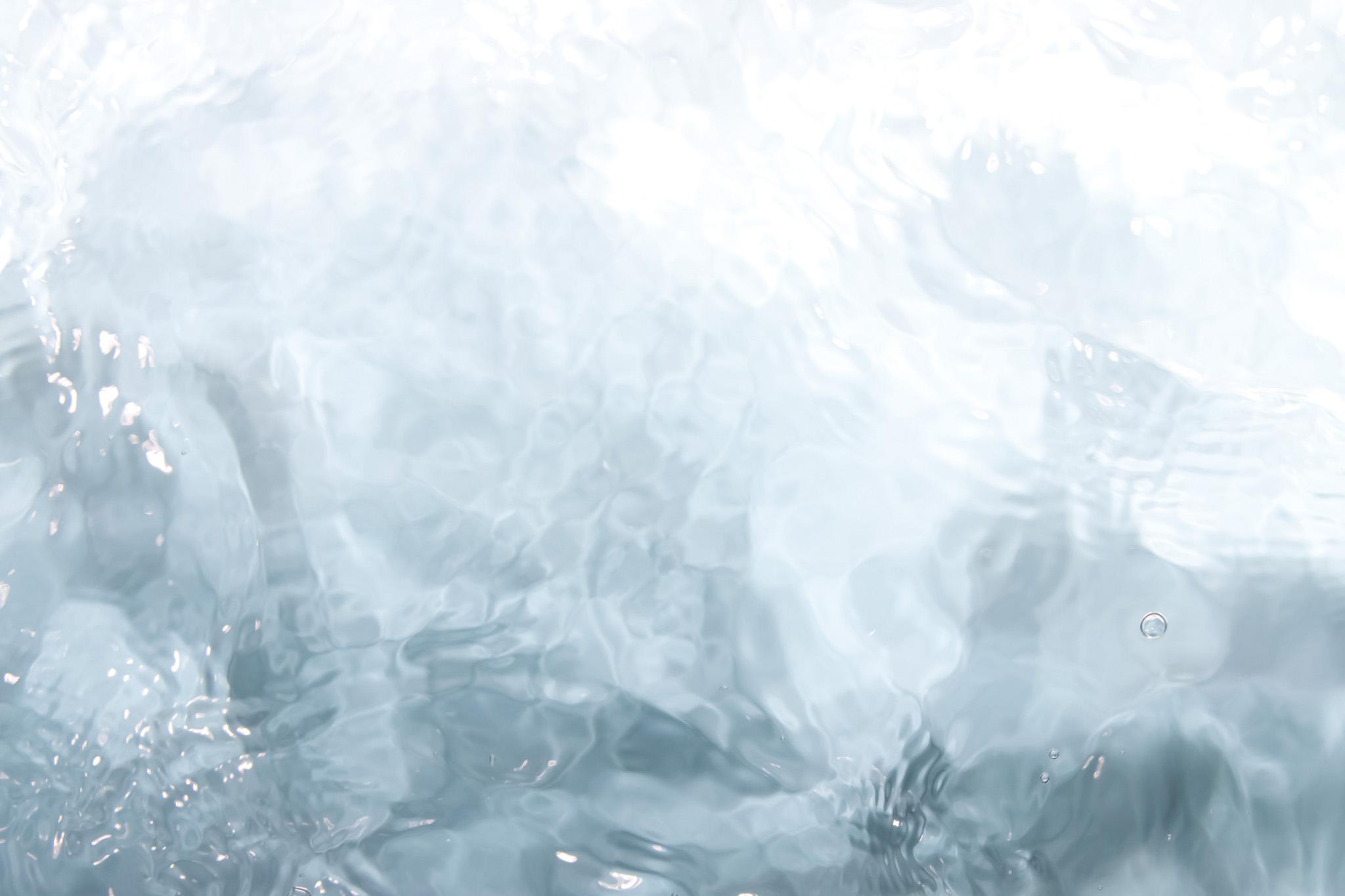 「透明な水に反射する光」の素材を無料ダウンロード