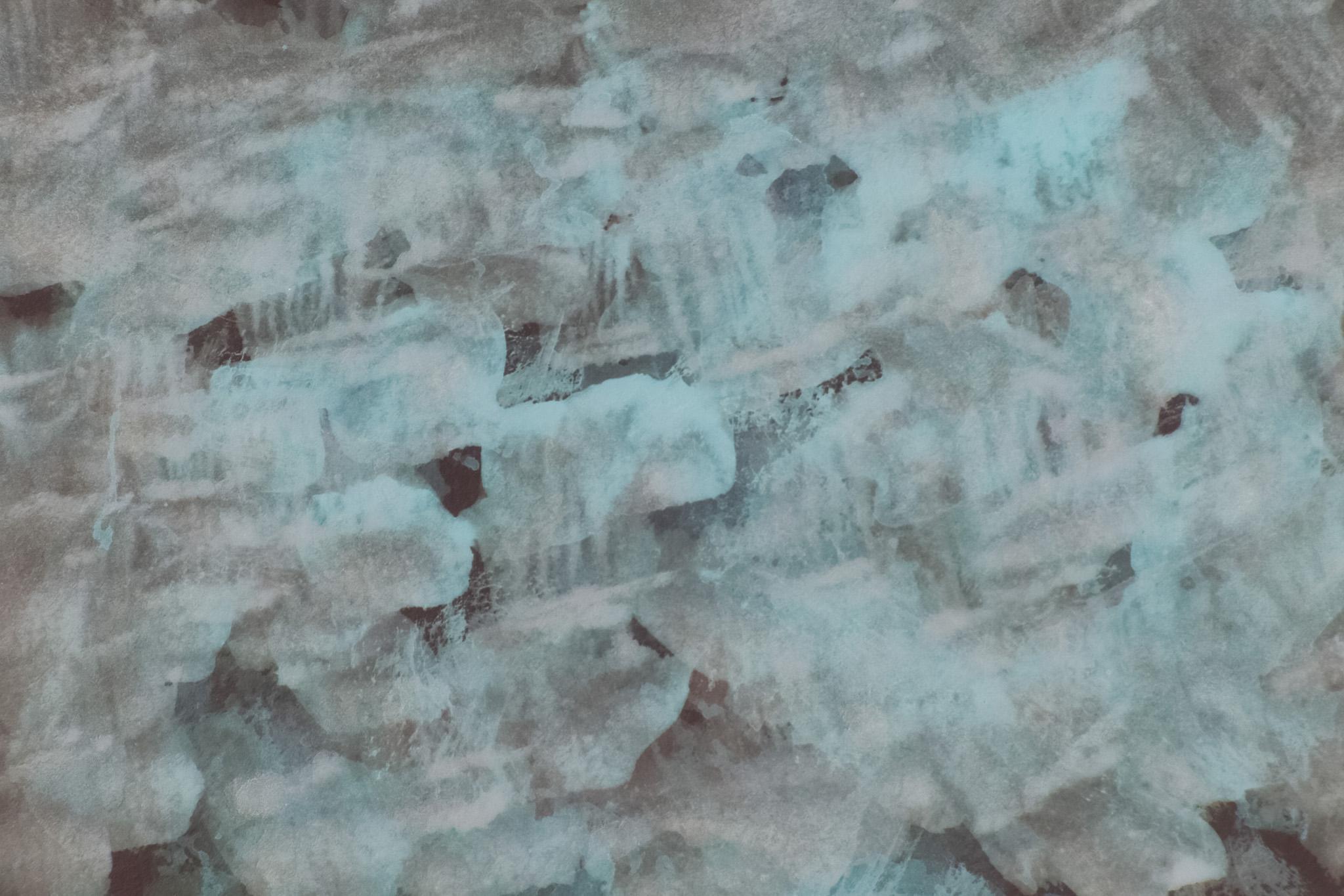 「黒地に薄い上塗りの白絵具」