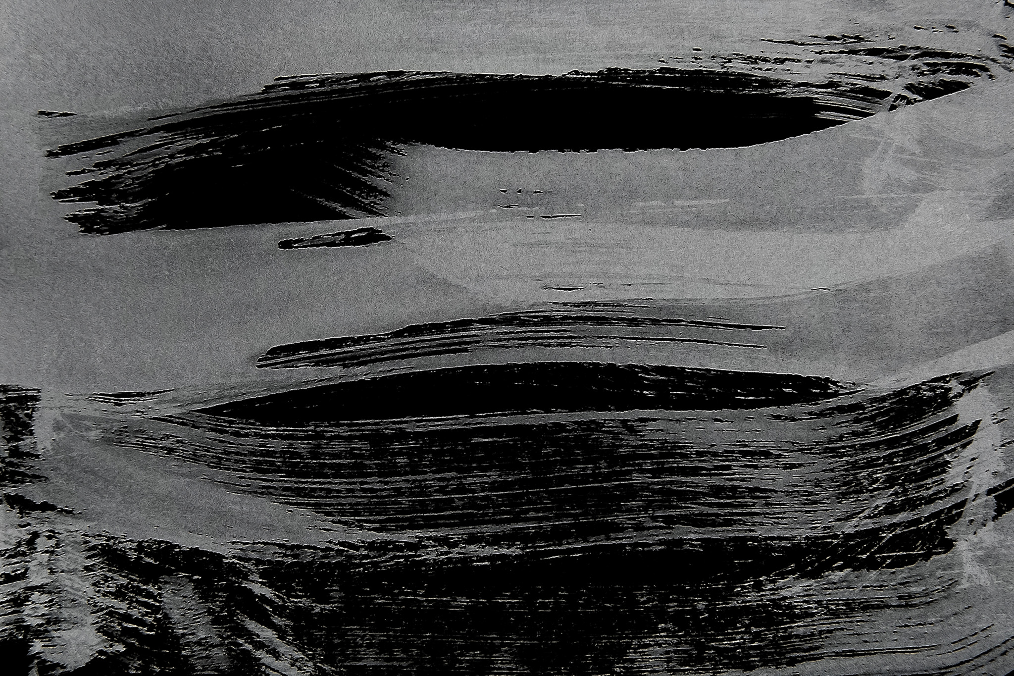 「白の筆跡がある黒背景」