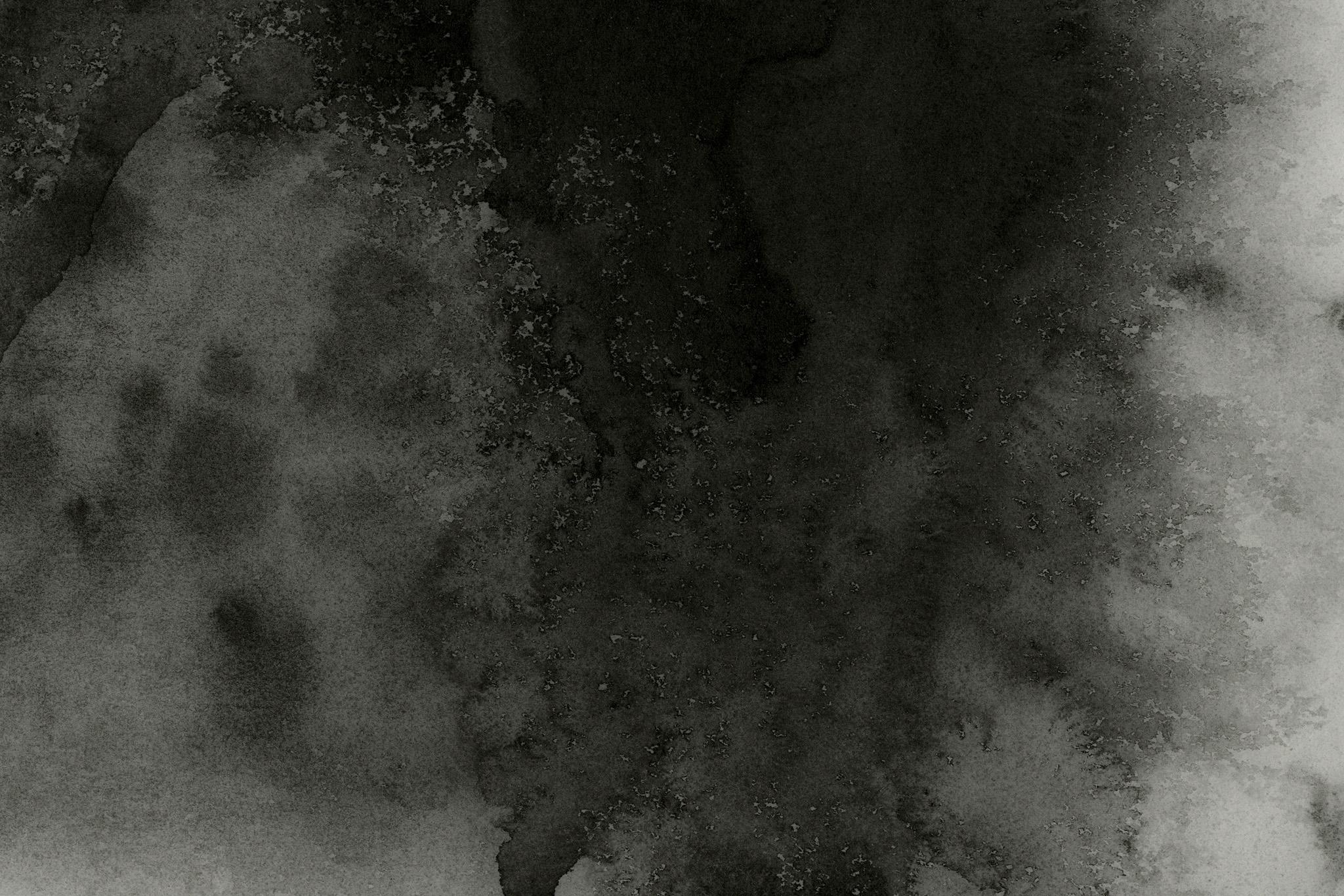 「黒墨のニジミが染み渡る紙」