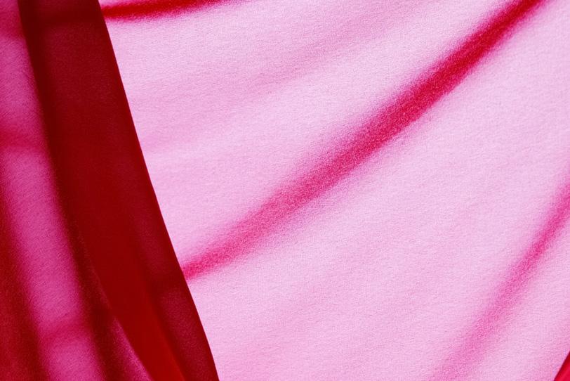 春を感じる華やかなピンクの布の写真画像