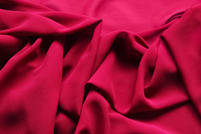 赤い布地が柔らかく折り重るの写真画像