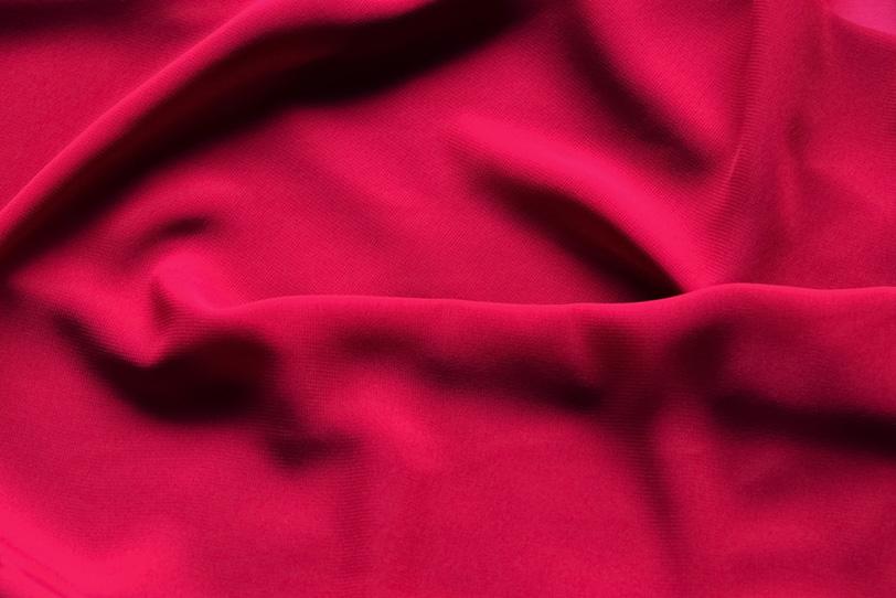 柔らかな赤い布地のテクスチャの写真画像