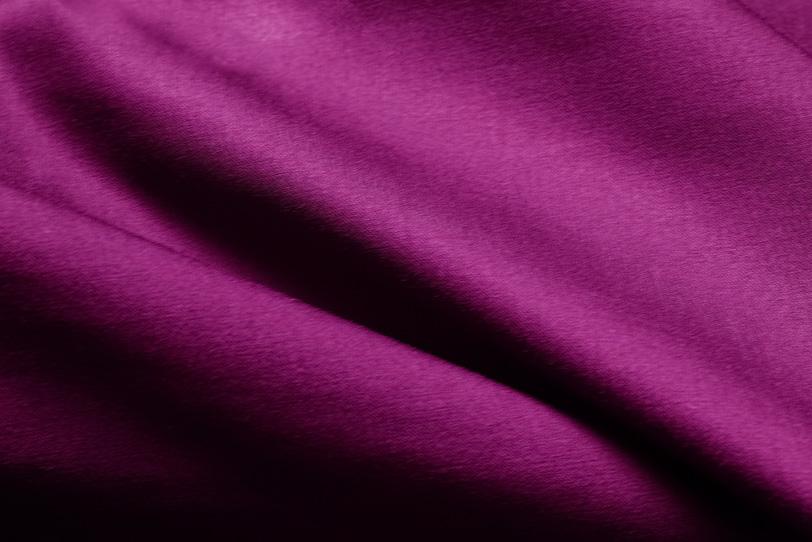 赤紫色の厚手の布地の写真画像