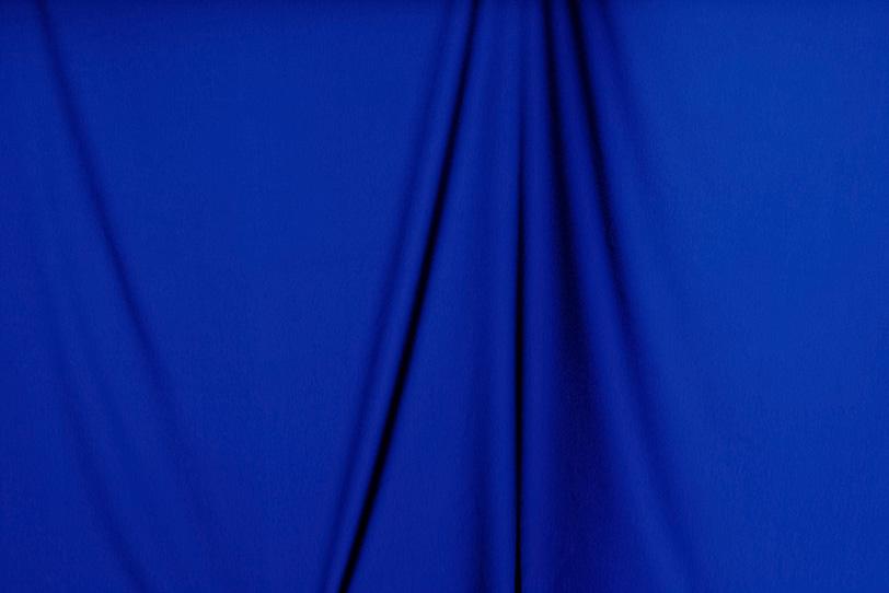 垂れ下がった濃紺の布素材の写真画像