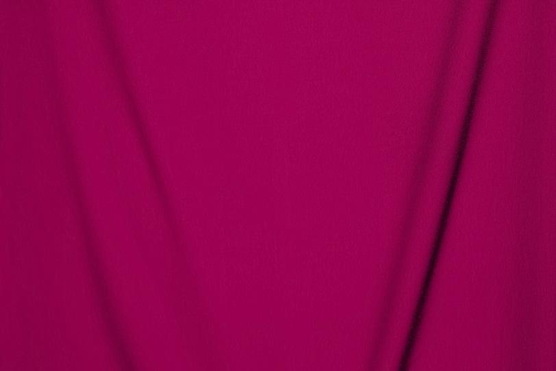 V字の皺がある小豆色の布地の写真画像