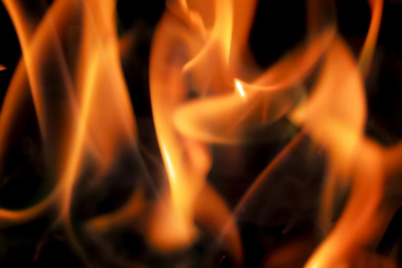 激しく燃え上がる赤い炎の写真画像