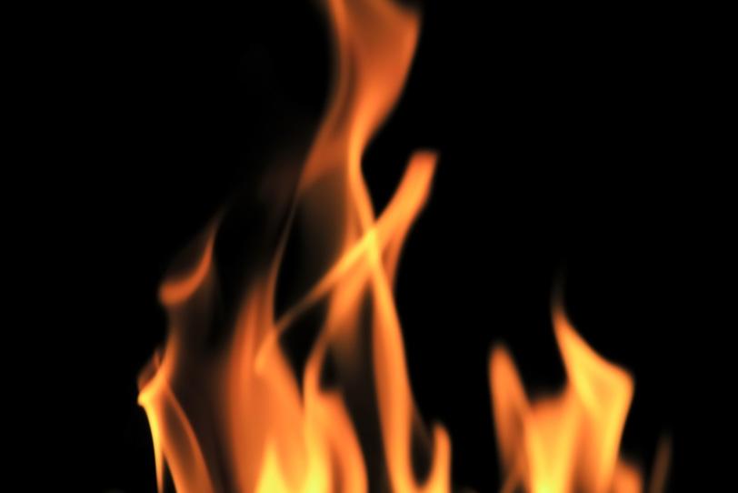 闇の中に立ち上る炎の写真画像