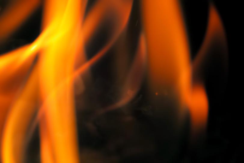 揺れながら燃え立つ火の写真画像