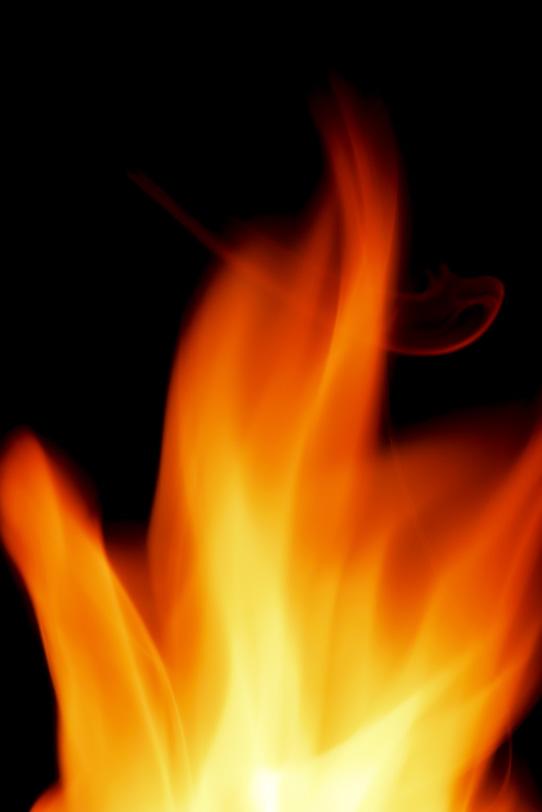 波が立つように燃焼する炎の写真画像