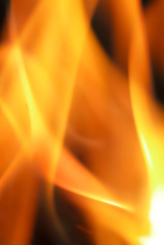 天を焦がす勢いの炎の写真画像
