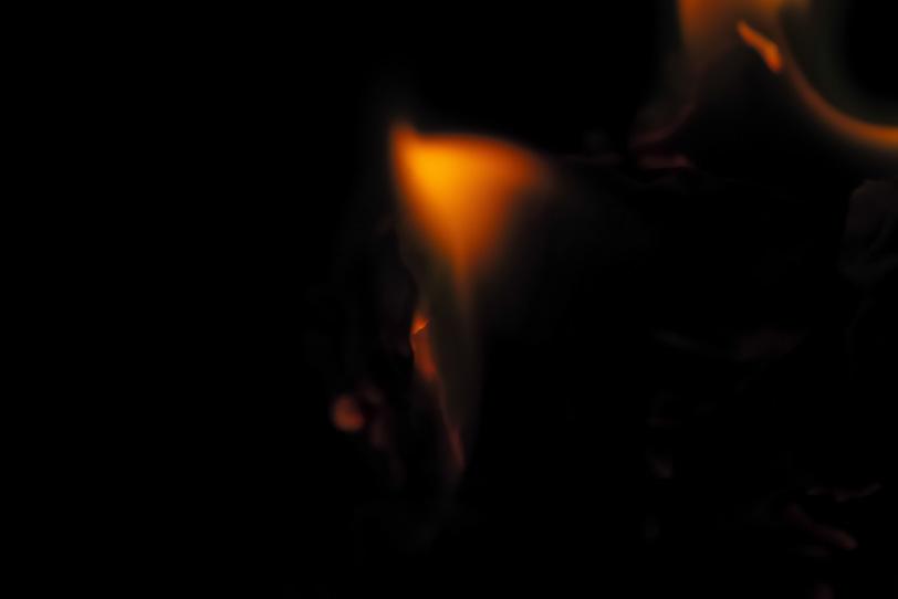 儚く消える火の明かりの写真画像
