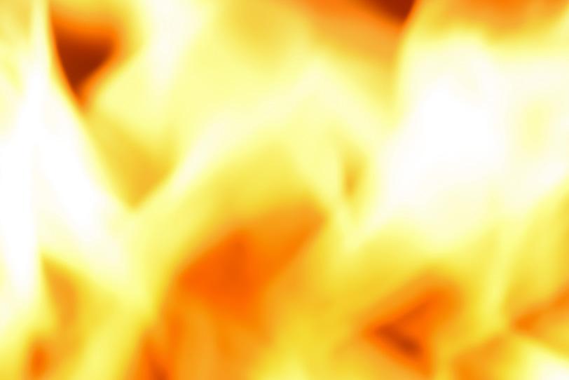 激しく燃える紅蓮の炎の写真画像