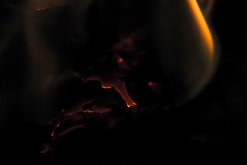 ゆっくりと鎮火する焚火の写真画像