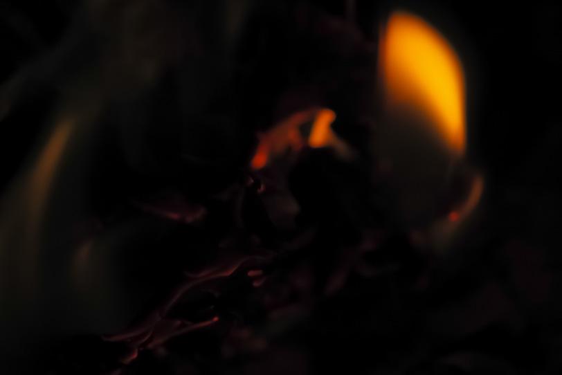 燃え残った僅かな火の写真画像
