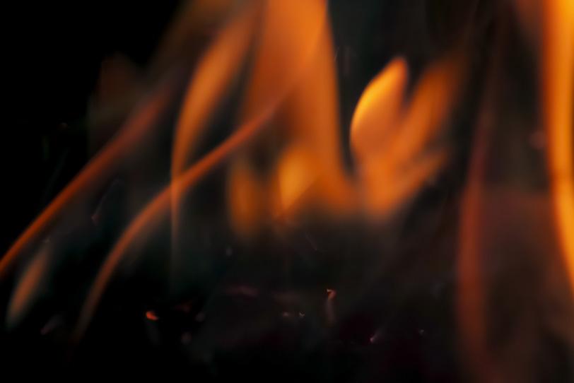 沸き立ち揺らめく火の写真画像
