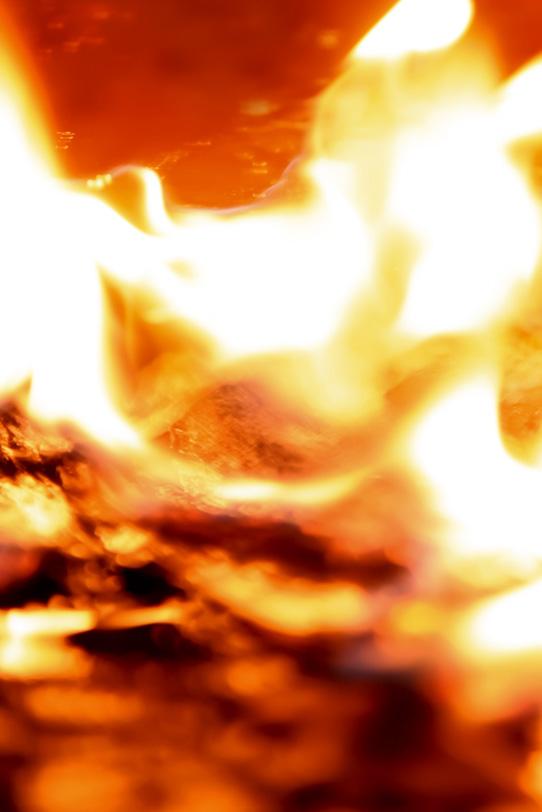 口を開けて迫りくる業火の写真画像