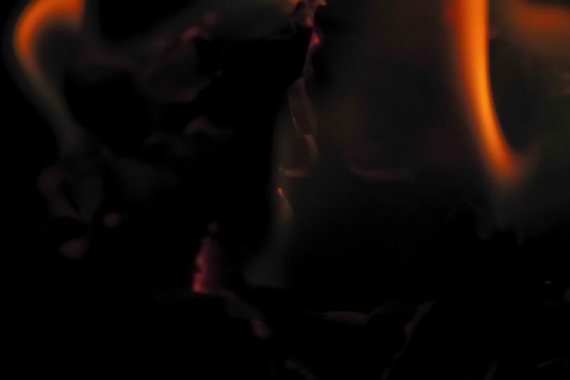灰の中に残る赤い炎の写真画像