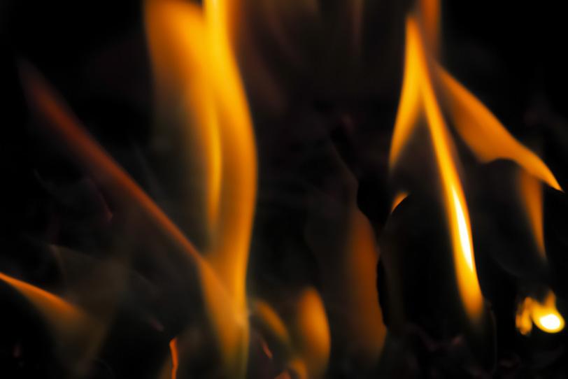 細く燃え立つ火のテクスチャの写真画像