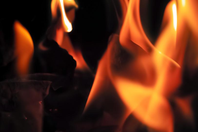 切り裂くように燃える炎の写真画像