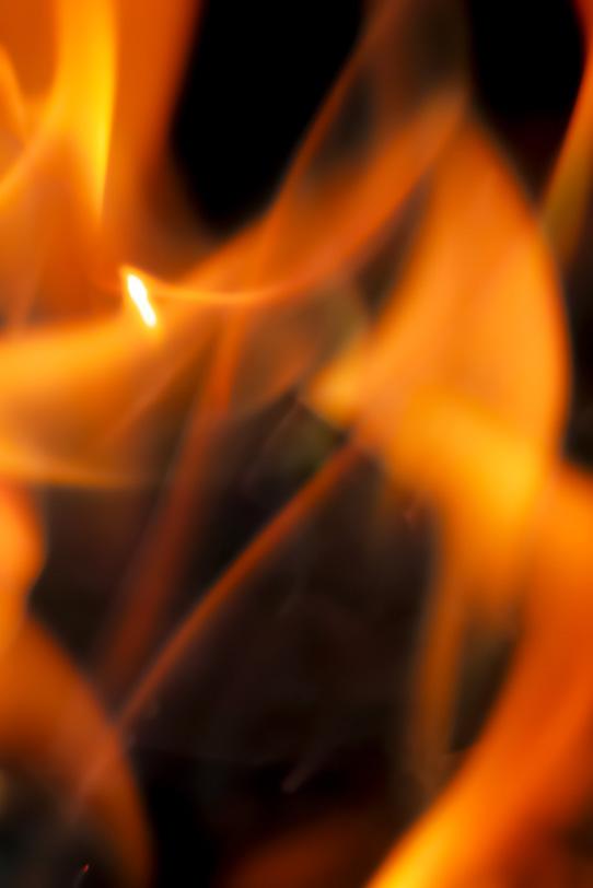 闇に炎が立ち揺れるの写真画像