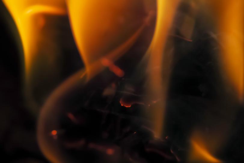炎の中に燻ぶる火種の写真画像