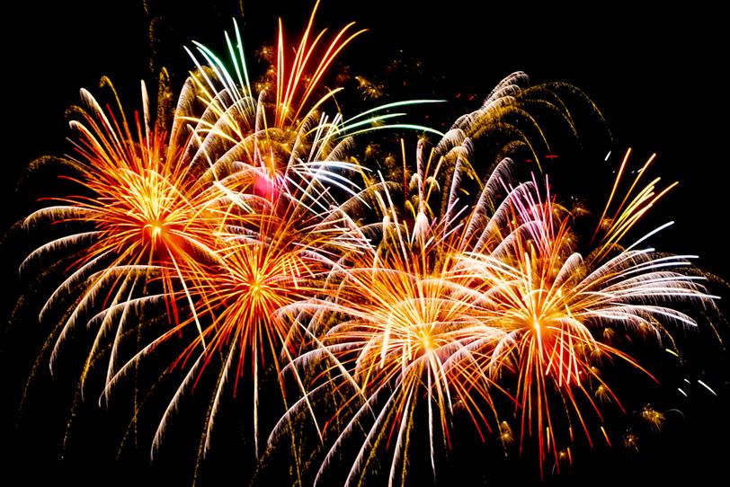 「打ち上げ花火が夏の夜空を飾る」の素材を無料ダウンロード
