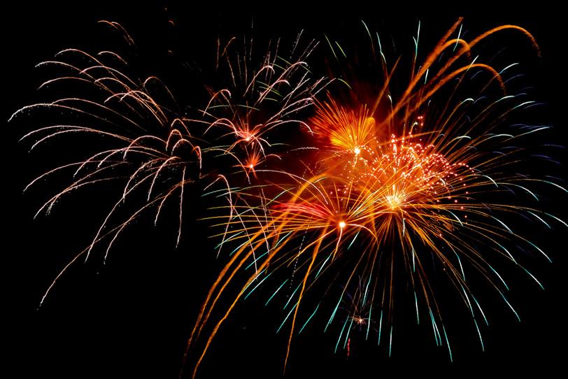 割物花火の光が夜空を飛翔するの写真画像