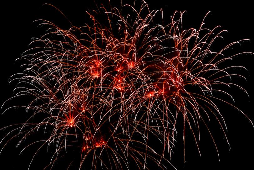 花火の大輪の雫が夜空に消えるの写真画像