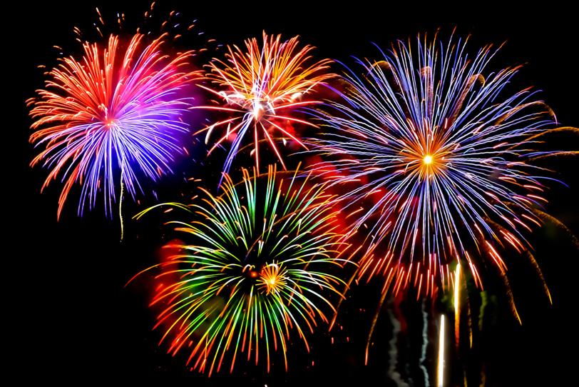 次々と花火が上がる花火大会の写真画像