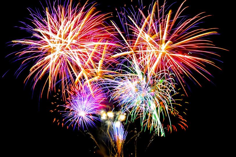 夏の夜を照らす打ち上げ花火の写真画像