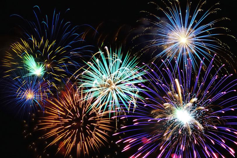 満天にキラキラと光り輝く花火の写真画像