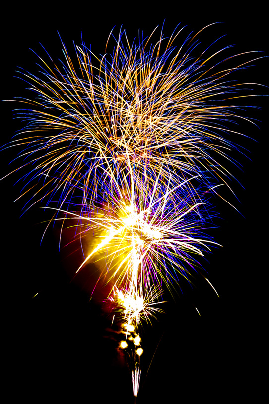 夏の夜を華やかに彩る花火大会の写真画像