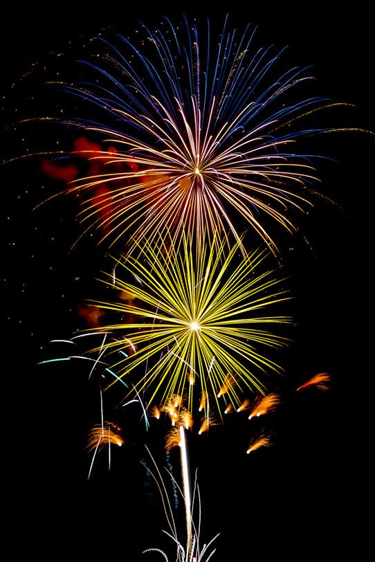 菊玉と牡丹玉が共演する花火大会の写真画像