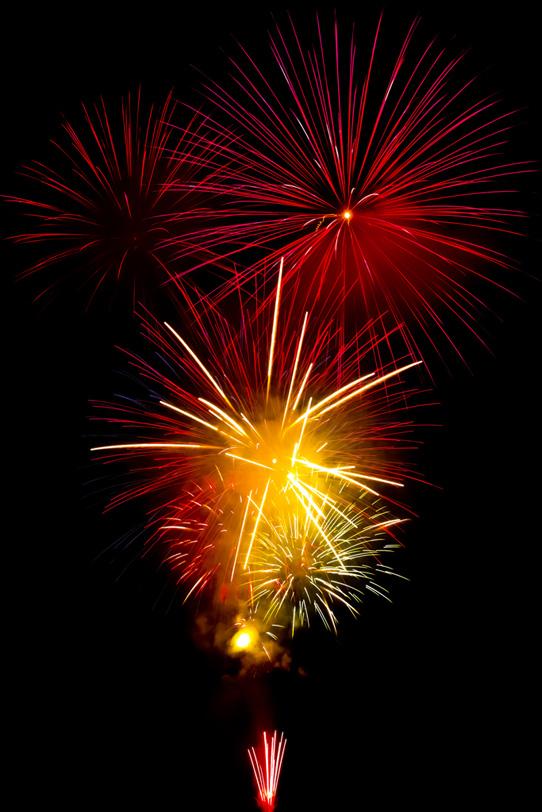 花火大会の夜空を赤く染めるの写真画像