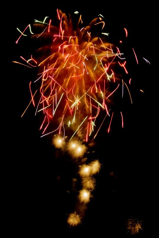 飛遊星花火が舞い散る花火大会の写真画像
