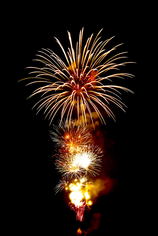 菊玉と牡丹玉が魅せる花火大会の写真画像