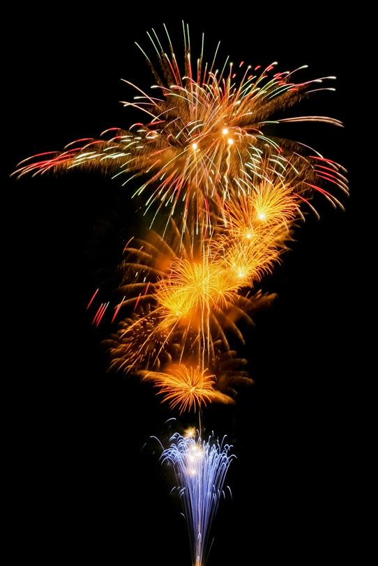 天に昇る花火が心躍る花火大会の写真画像
