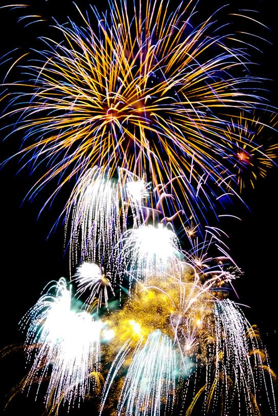 大輪の花火と流れ落ちる光の写真画像