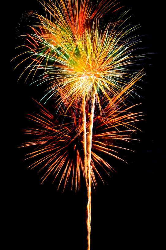 尾を引く打ち上げ花火の写真画像