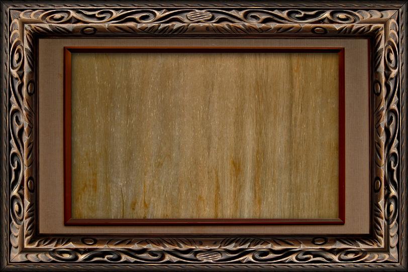 「枠に彫刻が入ったアンティークの額縁」の写真素材を無料ダウンロード